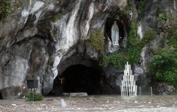 El ingreso a  la gruta de la Virgen quedó bajo medio metro de agua.