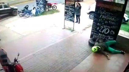 Un neumático fuera de control embistió violentamente a una mujer en una estación de servicio
