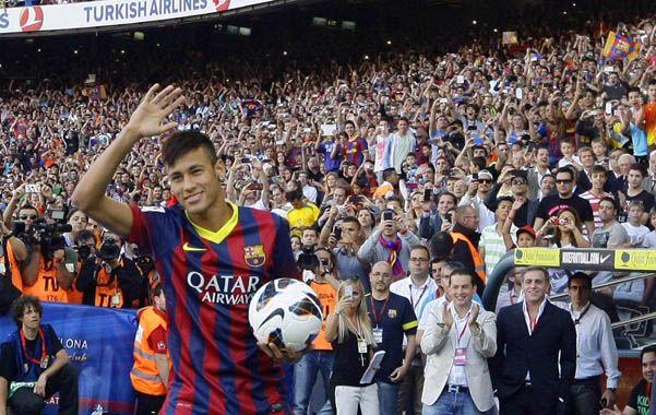 Multitud. El astro brasileño saluda al público en un Camp Nou repleto.