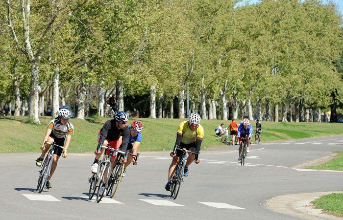 La mayoría de los ciclistas dejó de entrenar en Parque Alem por la inseguridad. (foto archivo: Silvina Salinas)