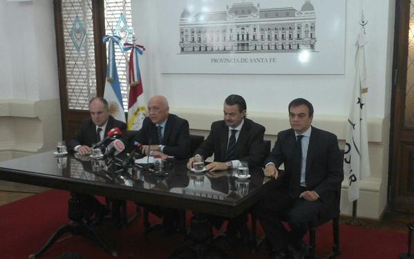 Bonfatti junto al vicegobernador Jorge Henn y los ministros Galassi y Lewis durante la conferencia de prensa que se hizo hoy en Santa Fe.