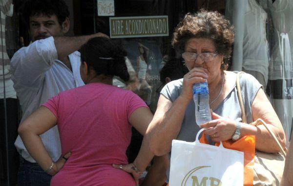 Los médicos coinciden en que la hidratación es indispensable para evitar las consecuencias de las altas temperaturas.