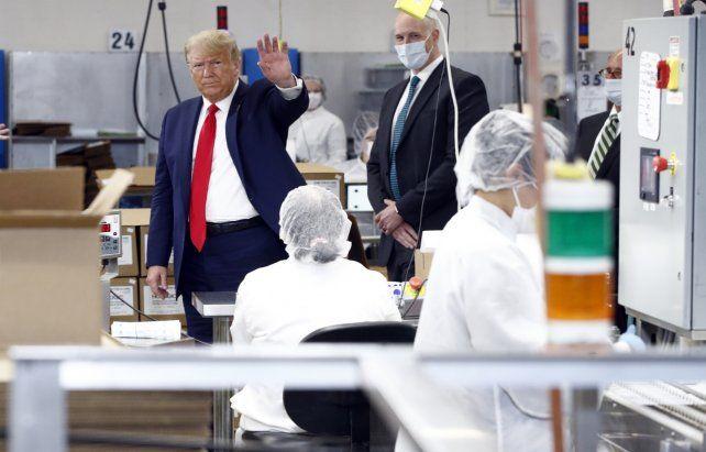 En campaña. Trump se fue a visitar una fábrica de productos médicos.