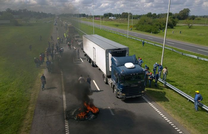 El corte se registra en la autopista Rosario-Buenos Aires a la altura de la localidad de Lima. (Foto: Sebastián Suárez Meccia / La Capital)