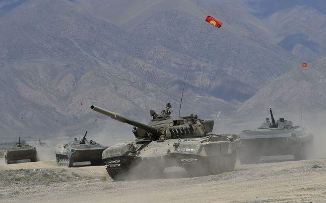 Tanques de Kirguistán participan de unos ejercicios militares conjuntos en el campo de entrenamiento de Edelweiss, a unos 180 kilómetrosal sureste de Bishkek, Kirguistán, el jueves 9 de septiembre de 2021.