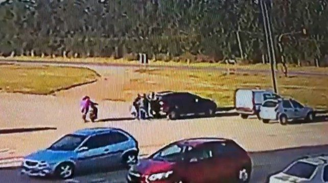 Una imagen de video donde se ve el escape de los presos sacados en carritos de súper y subidos a un auto.