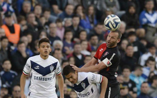 Alto en el cielo. Bernardi le gana en el salto a un rival. Asad observa la acción.