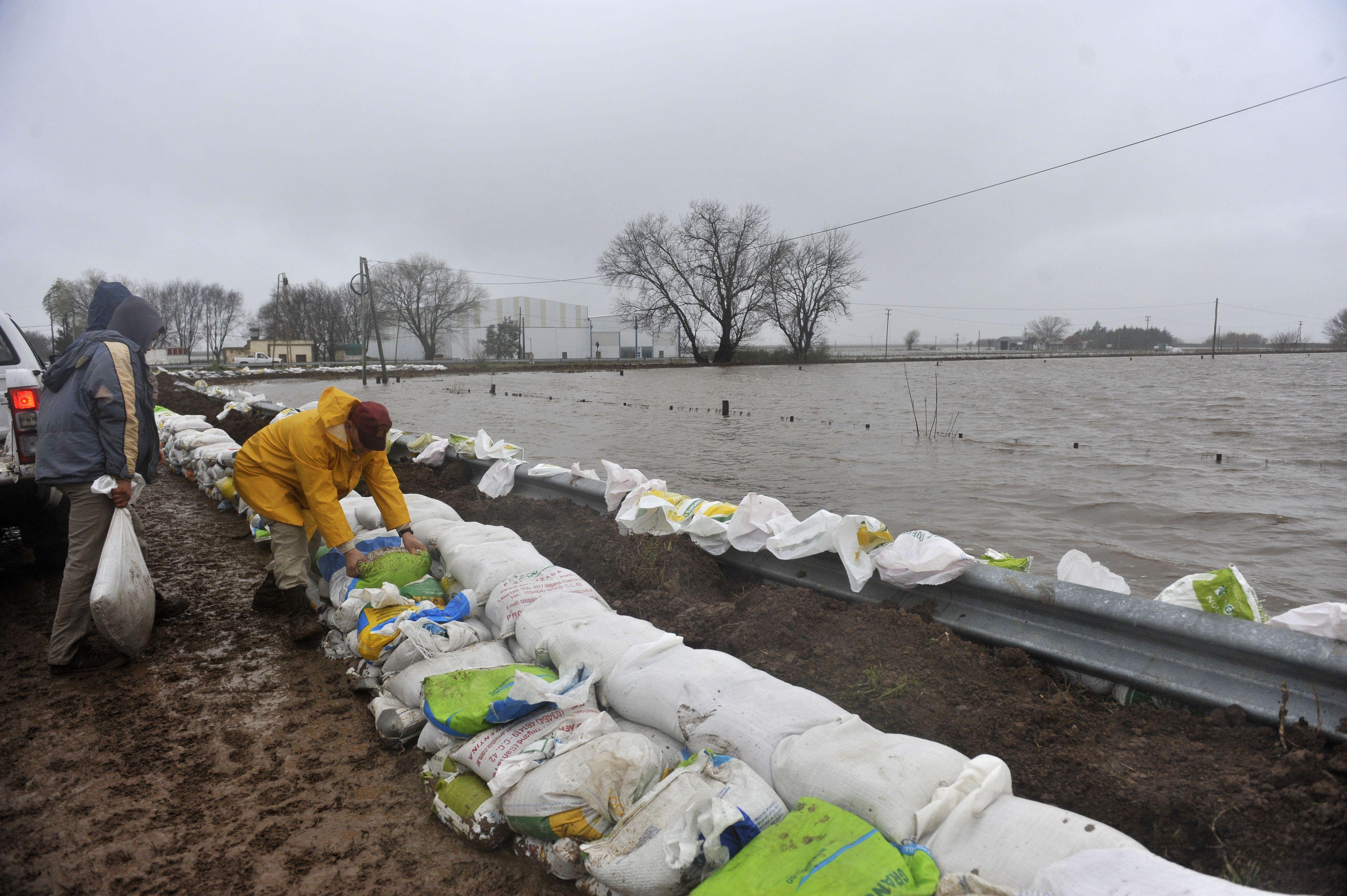 El Ministerio de Aguas llevó adelante trabajos orientados a agilizar el drenaje de las aguas en Sanford.