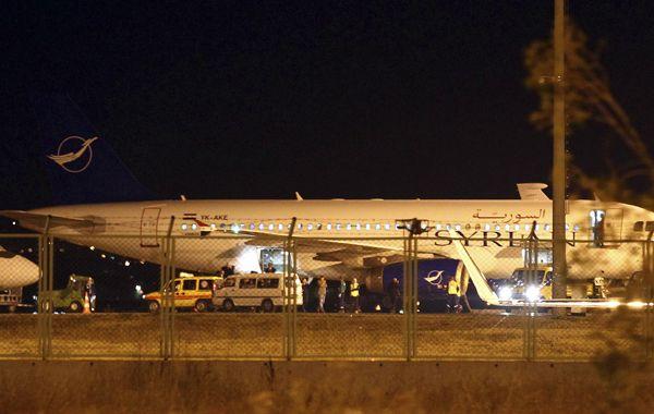 El Airbus 320 de Syrian Air retenido en el aeropuerto de Ankara. Llevaba 300 kg de material bélico.