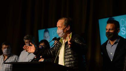 Rubén Giustiniani, el precandidato de Preparados para Santa Fe, del Frente Progresista, saludó a Clara García,la amplia ganadora en la categoría para senadores.