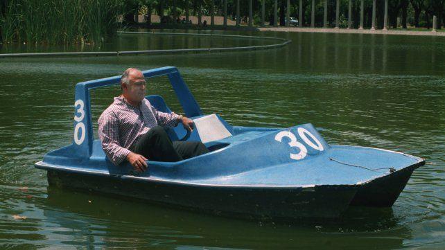 31/01/2002 Miguel Lifschitz, secretario de servicios públicos municipal, da un paseo en bote por el Laguito del Parque Independencia. Foto: Ángel Amaya