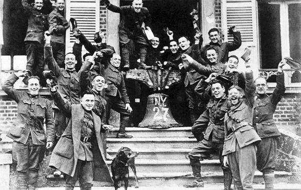 La calma. Soldados estadounidenses que sirvieron en el frente francés celebran el armisticio de 1918 que puso fin a las hostilidades de la Primera Guerra Mundial.