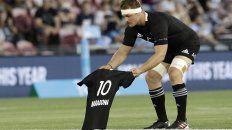 El sublime momento en que Sam Cane ofrenda una camiseta negra con el 10 y el nombre de Maradona.