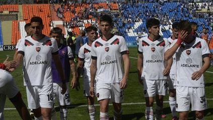 Los jugadores leprosos abandonan el césped del Malvinas Argentinas tras el empate ante el Tomba: