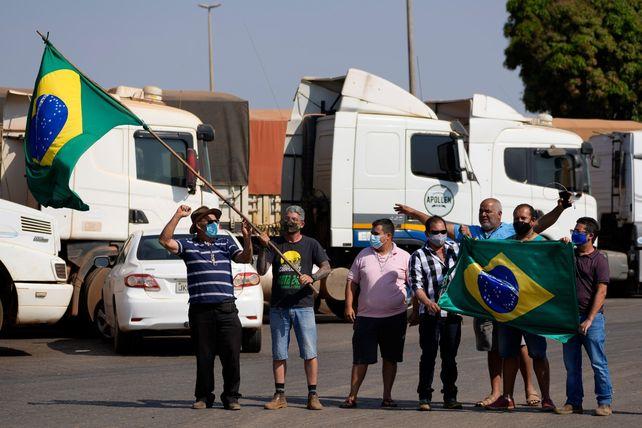 Un grupo de conductores hacen flamear una bandera en un piquete al sur de Brasilia.