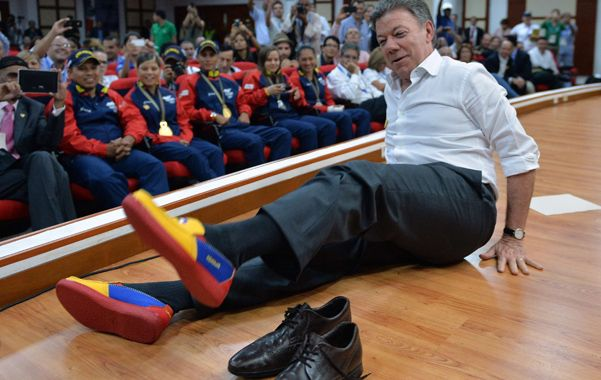 Calzado. Santos se pone unas zapatillas durante los Juegos Mundiales en Cali.