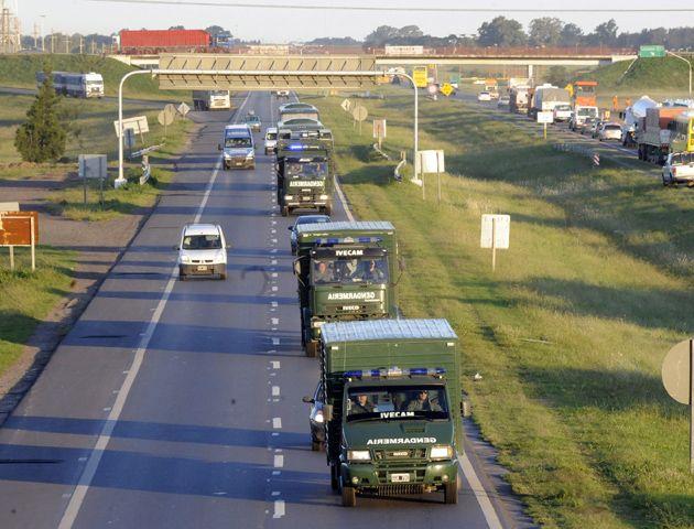 Las tropas de Gendarmería arriban por la autopista Rosario-Buenos Aires.