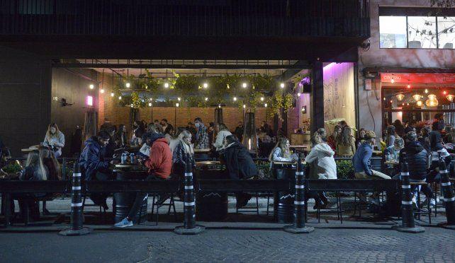 El horario extendido de la gastronomía es una de las flexibilizaciones que se anunciarán mañana.