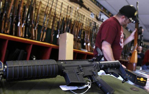 Las ventas de armas aumentan en EEUU tras la matanza ante el temor de futuras restricciones.