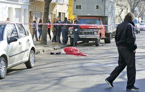 Estupor. El cuerpo sin vida de la mujer quedó tendido en el asfalto.
