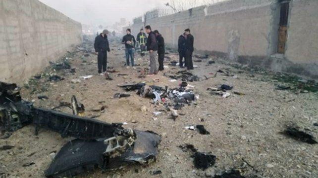 Tragedia. El Boeing 737-800 de Ukraine International Airlines cayó en un campo de fútbol afuera de Teherán.