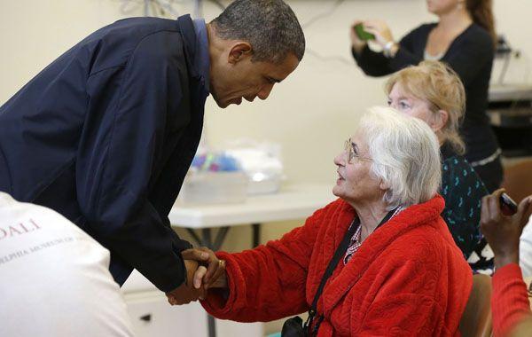 El presidente Barack Obama se solidariza con una de las víctimas del huracán.