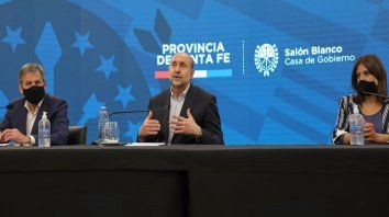 El gobernador Omar Perotti, junto con los intendentes de Santa Fe, Emilio Jatón; y Santo Tomé, Daniela Qüesta, anunciaron nuevas medidas de restricción