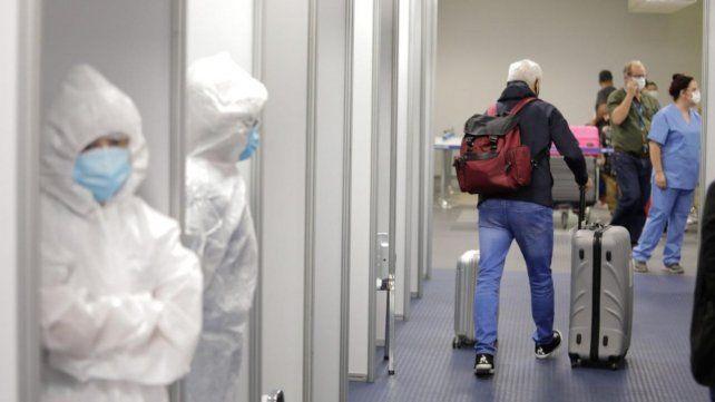 El corredor del laboratorio de análisis montado en el aeropuerto de Ezeiza.