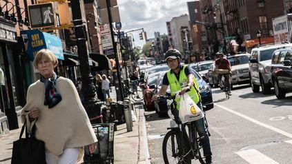 En Nueva York trabajan más de 80 mil ciclistas de reparto. Su paga es mínima, 8 dólares la hora.