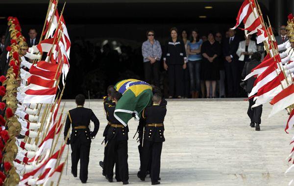 La presidenta Rousseff espera el paso del féretro en Planalto.
