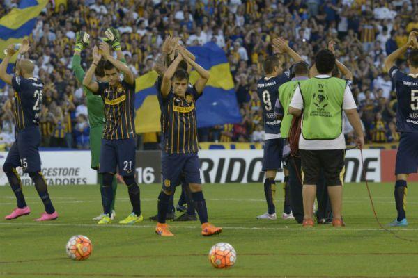 Los futbolistas canallas saludan a su gente. El proceso sigue su marcha. (Foto: S. Suárez Meccia)