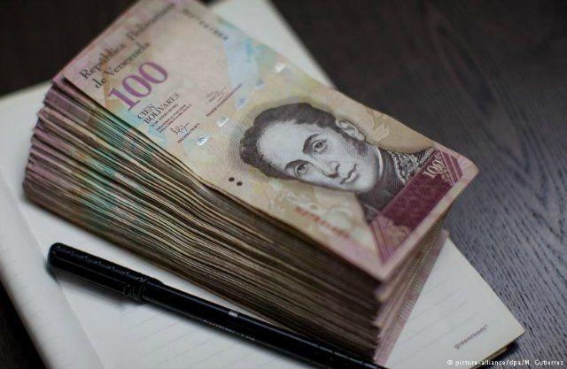 Sin valor. Los billetes de cien bolívares no sirven de nada, dado que todos los precios hoy se manejan en millones. El chavismo trajo la inflación alta, primero, y la hiperinflación, después.
