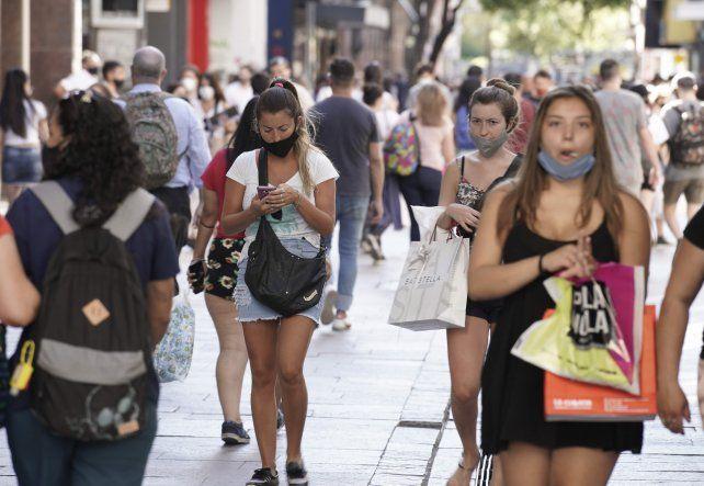 PREVENCIÓN ANTIPUNGAS. Los dueños de los comercios sugieren utilizar riñoneras y no usar el celular en la vía pública.