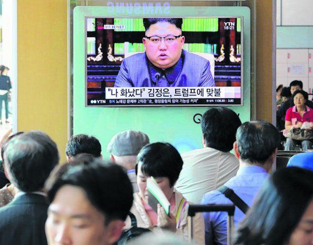 aislado. Kim Jong-un aparece en la TV de un local de Pyongyang.