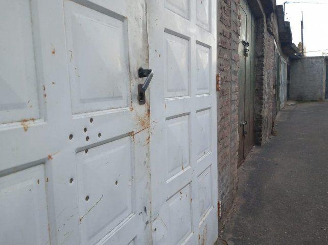 Hace dos semanas el portón de la cochera de Diego y Marta fue perforado a tiros.