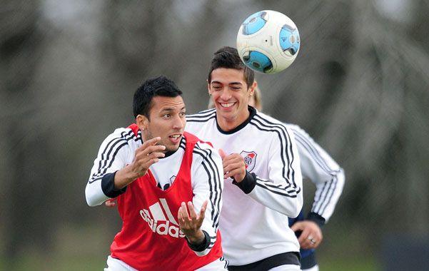 Práctica. Vangioni y Lanzini pelean por la pelota en un entrenamiento.