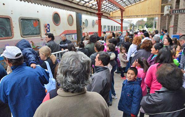 Viajar en tren. Fue un día de recreo y festejo para muchos chicos y grandes.