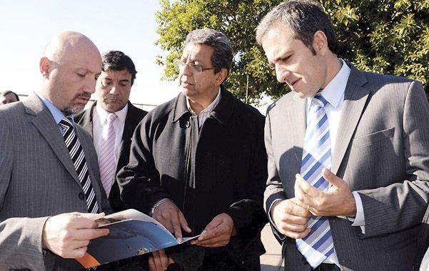 Preocupación. El diputado Martínez (derecha) recorrió la zona portuaria.