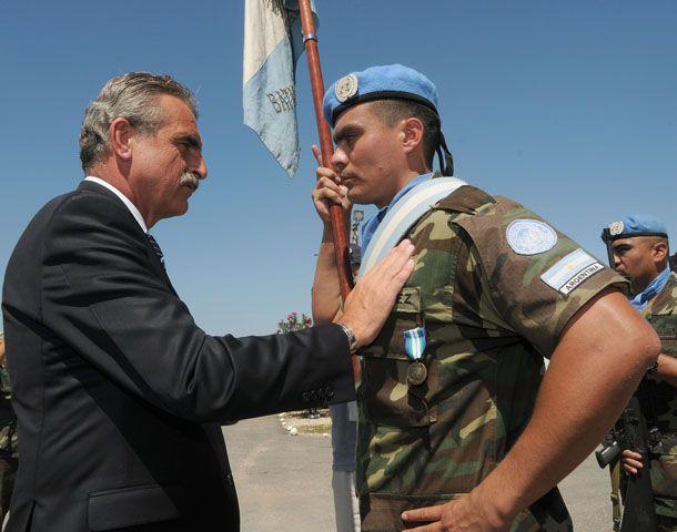 El ministro Rossi participò en Puerto Príncipe de la condecoraciòn de 561 Cascos Azules argentinos.