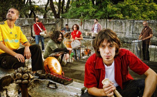 Carlo y la barricada del ritmo. Músicos e instrumentos al servicio de una idea cuyo hilo conductor son las distintas músicas folclóricas latinoamericanas.
