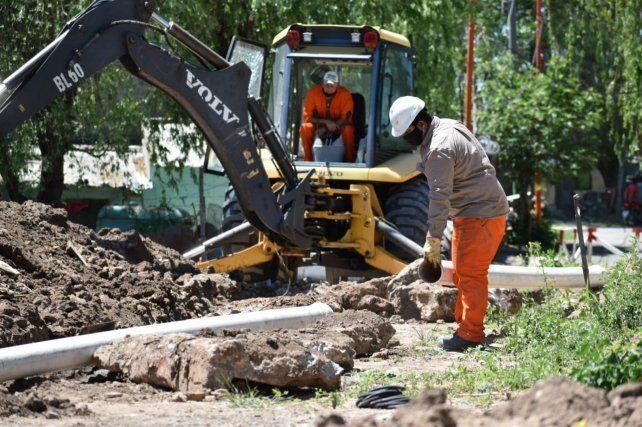 Máquinas y operarios trabajan para llevar el servicio a más de cien viviendas.
