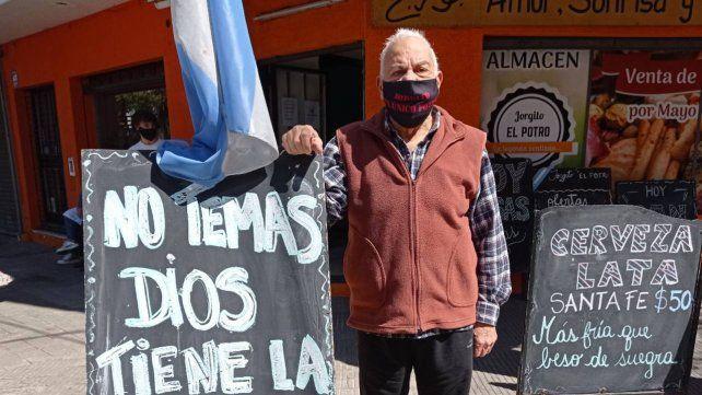 Jorgito se hizo famoso por los carteles con los que anunciaba sus ofertas y hacía campañas solidarias en el almacén.