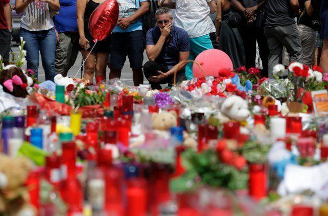 Uno de los improvisados altares en homenaje a las víctimas del atentado del jueves.