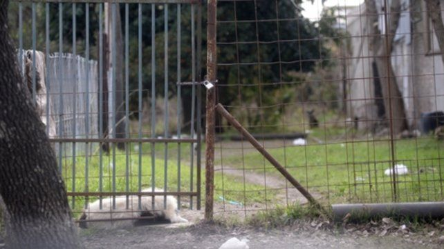 Frente a la casa. La humilde vivienda de Iguazú al 800 donde se desencadenó la tragedia ayer a la madrugada.
