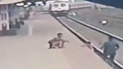 Video: trabajador ferroviario rescató a un nene a punto de ser arrollado por un tren
