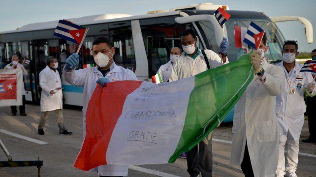 Médicos cubanos regresaron desde Italia y fueron recibidos como héroes