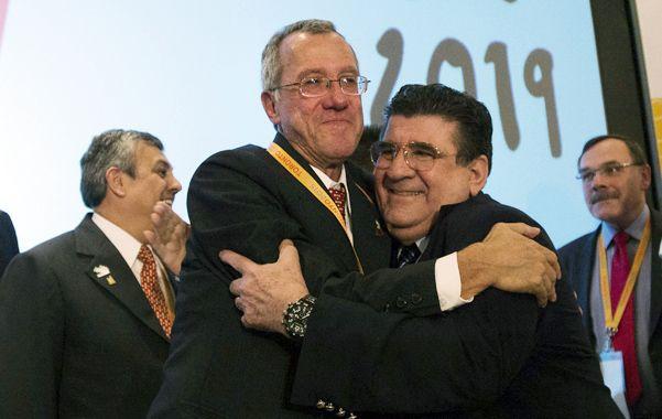 Emoción. Dirigentes peruanos celebran eufóricos la designación de Lima.