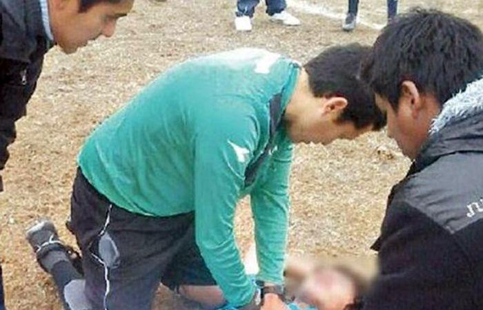 El chico cayó desvanecido y el árbitro lo mantuvo con vida hasta que llegó la ambulancia.