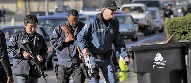 SIN PREGUNTAS. La policía de Los Angeles recolectó cientos de armas y las depositó en contenedores.