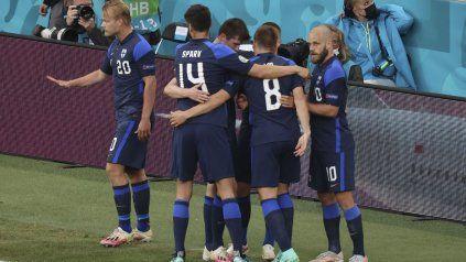 Joel Pohjanpalo festeja con sus compañeros el histórico gol de Finlandia en una Eurocopa.